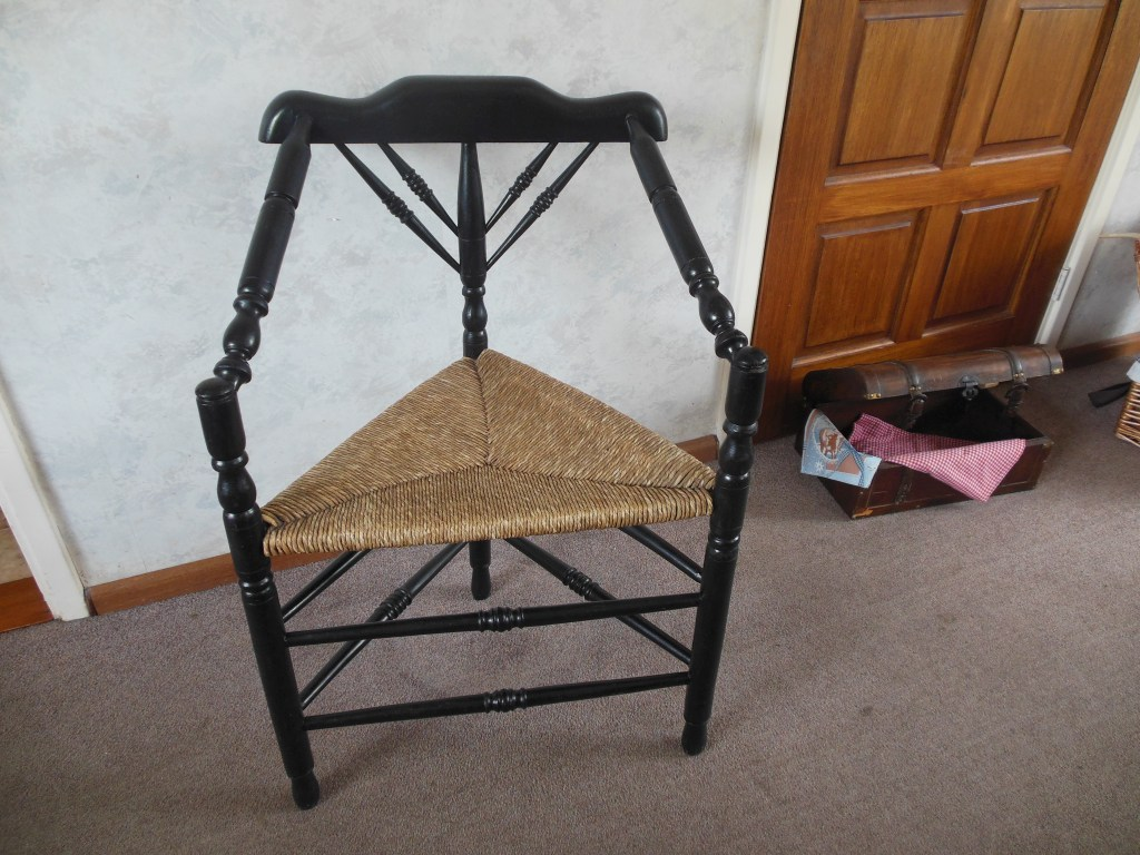 Beautiful antique oak knitting chair with three legs-triangle chair-old Dutch chair-corner chair-driestal.