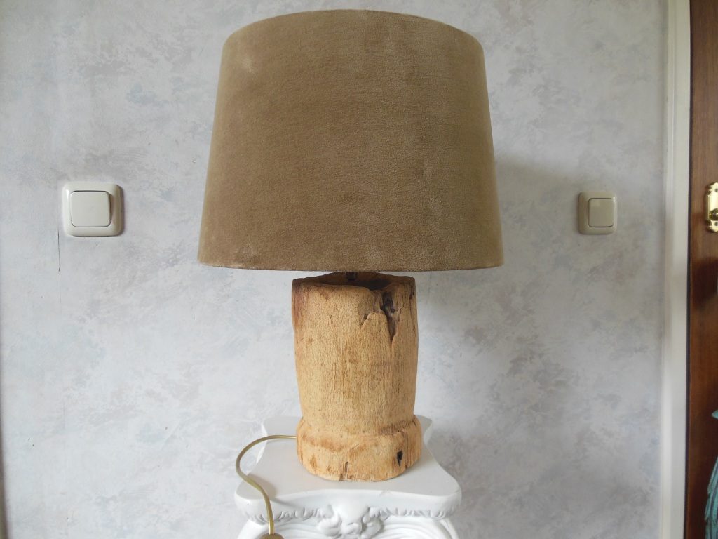 Superb table lamp where the base is made of a tree trunk, with a brown fabric shade.